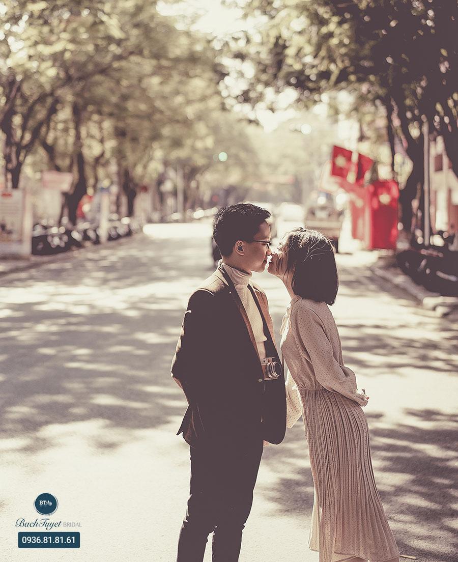 Ảnh cưới đường phố với địa điểm quen thuộc