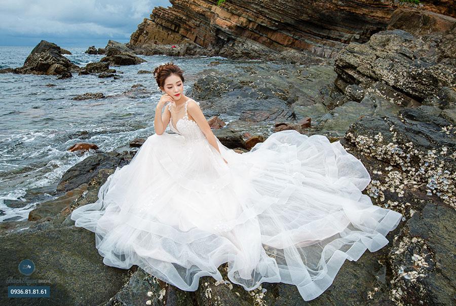 Ảnh cưới tại bãi đá Cầu Mỵ Cô Tô
