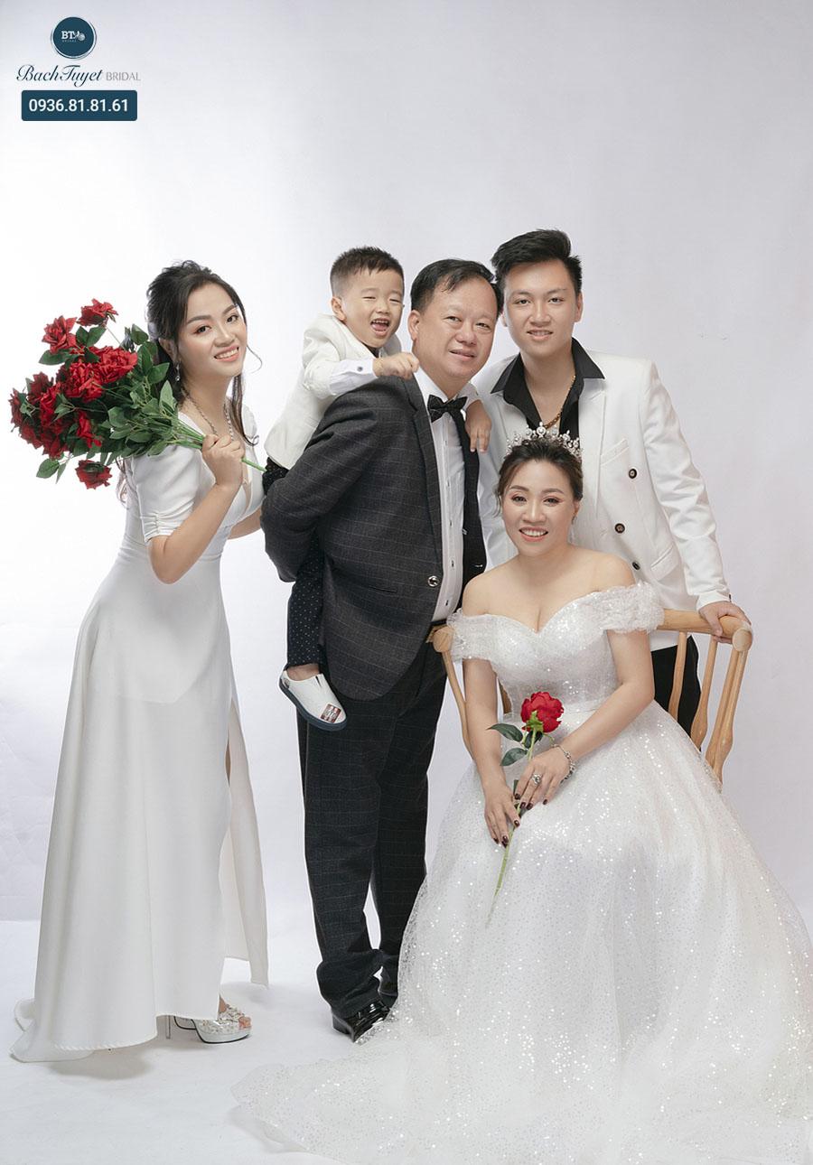 Chụp ảnh gia đình với váy cưới