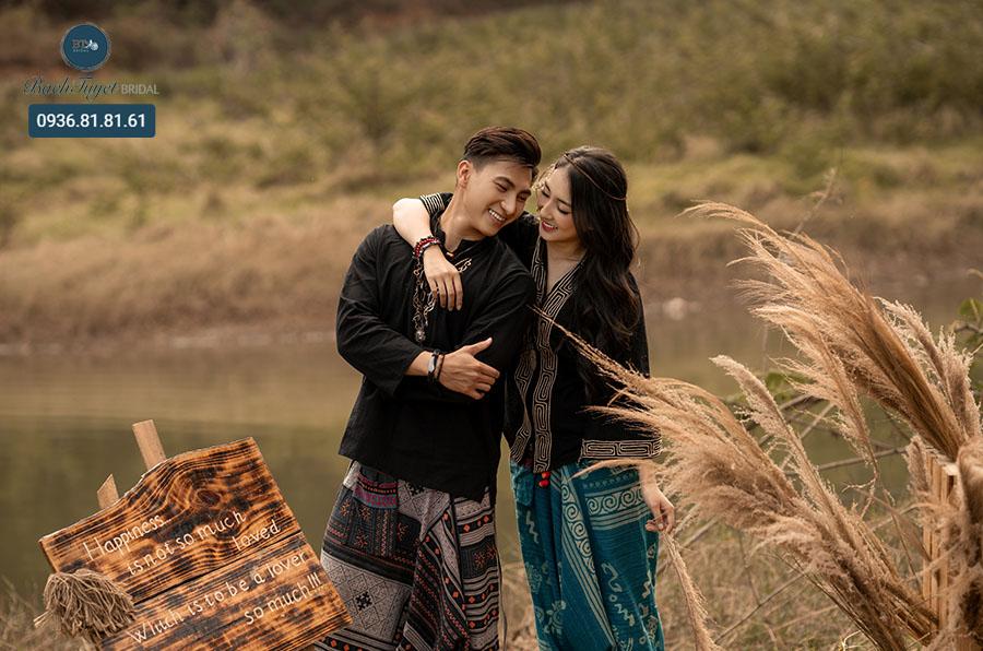 Chụp ảnh cưới ở cánh đồng cỏ lau