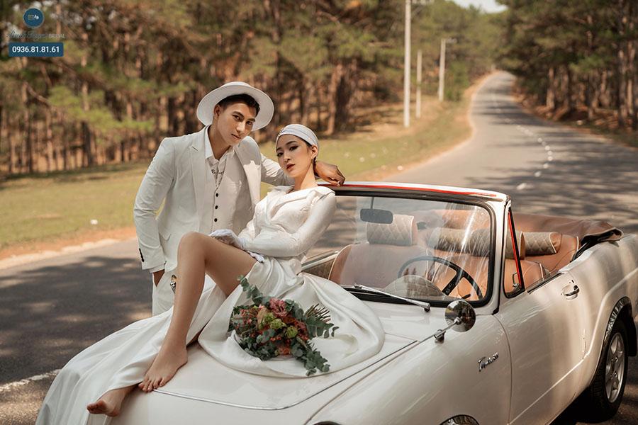 Chụp ảnh cưới với xế hộp