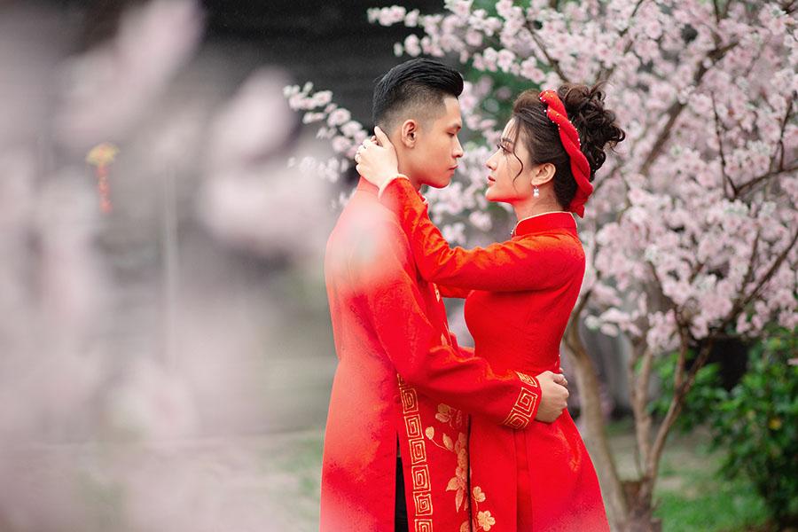Tạo dáng chụp ảnh cưới áo dài lãng mạn